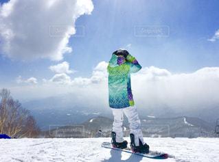 20代,空,冬,雪,後ろ姿,雪山,山,山頂,群馬,スノーボード,ウインタースポーツ,スノボウェア,女性ボード