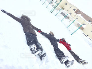 雪をスノーボードに乗る男覆われた斜面の写真・画像素材[1762509]