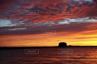 水の体に沈む夕日の写真・画像素材[1863054]