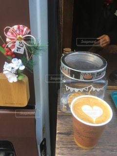テーブルの上のコーヒー カップの写真・画像素材[1767530]