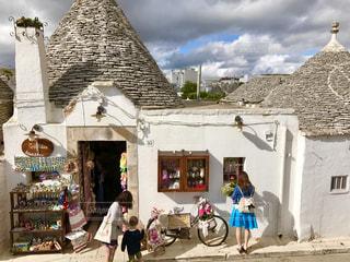 空,かわいい,世界遺産,景色,人物,旅行,イタリア,海外旅行,アルベロベッロ,白壁,南イタリア,トゥルッリ,三角屋根,とんがり屋根,お土産物店