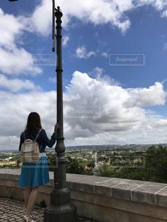 曇り青空の前に立っている人の写真・画像素材[1867607]