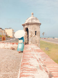 女性,風景,建物,夏,海外,茶色,景色,壁,塀,日傘,ベージュ,要塞,コロンビア,色・表現,ミルクティー色