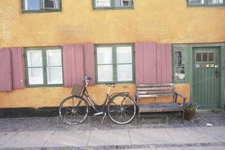 建物,自転車,海外,ピンク,茶色,窓,ベンチ,扉,家,壁,グリーン,ベージュ,コペンハーゲン,色・表現,ミルクティー色