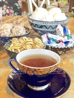 食べ物,飲み物,白,茶色,テーブル,スプーン,ティータイム,クッキー,カップ,紅茶,ベージュ,アフタヌーンティー,紺色,ストレートティー,色・表現,ミルクティー色