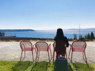 海を眺めてリフレッシュの写真・画像素材[2068620]