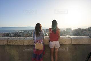 景色を眺める二人の写真・画像素材[2131695]