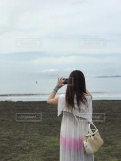 女性,海,空,カバン,ワンピース,後ろ姿,後姿,後姿フォト