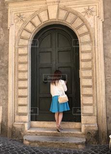 建物の前に立っている女性の写真・画像素材[2131774]