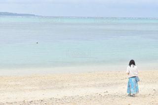 女性,風景,海,空,ビーチ,後ろ姿,砂浜,海岸,水色,スカート,後姿,後ろ姿フォト