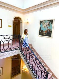 階段にいる女性の写真・画像素材[2148417]