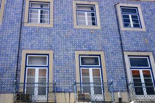 窓が多い大きな建物の写真・画像素材[2230340]