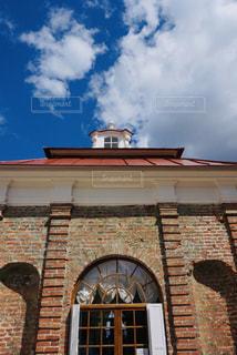 大きなレンガ造りの建物の写真・画像素材[2230454]