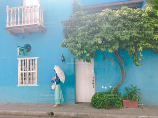 ブルーの壁の建物の写真・画像素材[2231184]