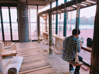 ブランコのあるカフェの写真・画像素材[2252264]