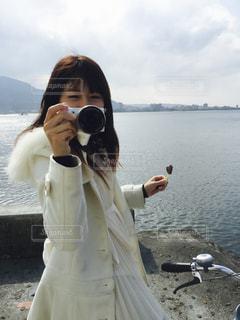 水域の隣に立っている人の写真・画像素材[2314387]