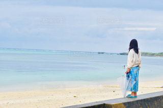 浜辺に立っている人の写真・画像素材[2329623]