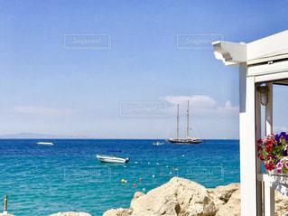 青のグラデーションが美しい海の写真・画像素材[2329662]