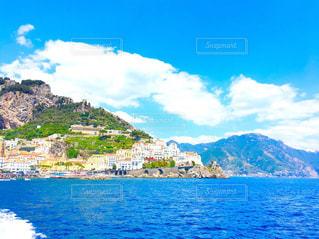 青い海と空とカラフルな建物の写真・画像素材[2329685]