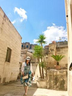 石畳みみを歩く女性の写真・画像素材[2377943]