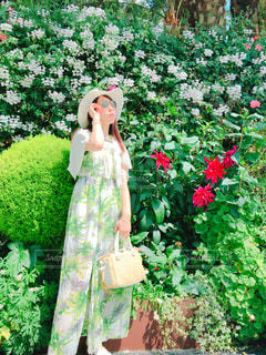 花に囲まれての写真・画像素材[2380640]