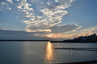 雲、夕暮れの写真・画像素材[2413302]