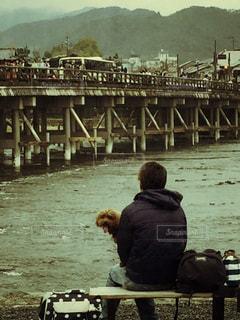 男性,犬,風景,橋,屋外,京都,ベンチ,川,レトロ,木製,嵐山,ナチュラル,フィルム,雰囲気,フィルム写真,フィルムフォト