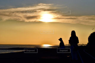 2人,風景,空,夕日,太陽,雲,夕焼け,夕暮れ,水面,海岸,影,シルエット,光,人物,人,夕陽,兵庫県,人影,海岸沿い