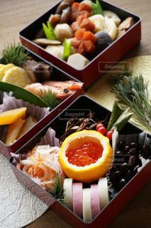 テーブルの上に食べ物の種類でいっぱいのボックスの写真・画像素材[1727850]