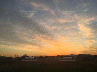 夕焼けに染まる空の写真・画像素材[1718410]