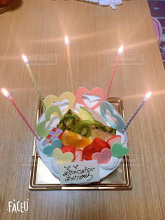 食べ物,ケーキ,屋内,ピンク,緑,青,黄色,オレンジ,苺,デザート,フルーツ,ハート,キャンドル,メロン,パイン,キウィ,バースディ-,ハートのいっぱいケーキ