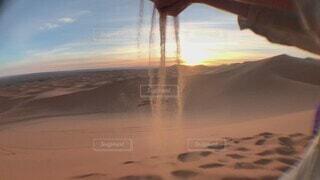 砂,茶色,手,幻想的,ラクダ,日の出,早朝,女子旅,海外旅行,モロッコ,アラビア,卒業旅行,サハラ砂漠,スロー,インスタ映え,こぼれ落ちる