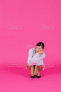 ピンクの背景の女の人の写真・画像素材[1790804]