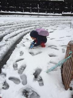 人が雪の中を歩いての写真・画像素材[1735919]