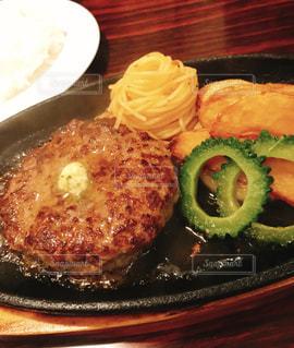 ガーリックバターで食べる石垣牛ハンバーグの写真・画像素材[1775648]