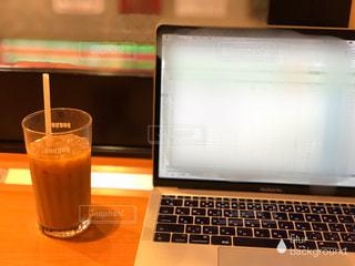 木製テーブルの上に座っているラップトップ コンピューターの写真・画像素材[1720107]