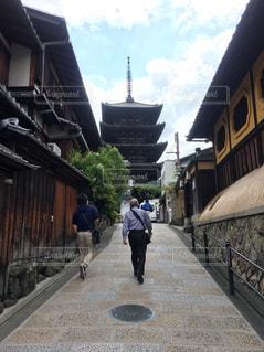 男性,2人,20代,空,春,カメラ,京都,歩く,男,観光,石畳,道,旅行,70代,祖父,寺,孫,日中,カメラ好き