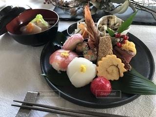 テーブルの上に食べ物のプレートの写真・画像素材[1730480]