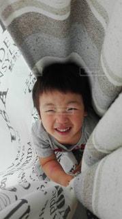 子ども,屋内,かわいい,カーテン,人,笑顔,かくれんぼ,男の子,4歳