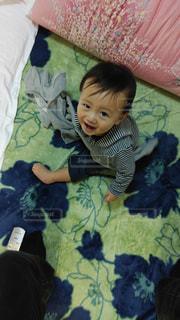 子ども,屋内,かわいい,人物,リラックス,笑顔,布団,赤ちゃん,幼児,カーペット,ふざけてる