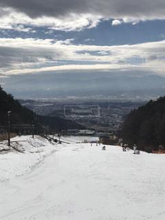 雪の覆われた斜面の上に立って人々 のグループの写真・画像素材[1727567]
