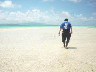 砂浜の上に立っている人の写真・画像素材[1728471]