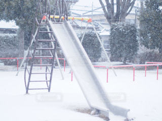 雪に覆われた斜面をスキーに乗る人の写真・画像素材[1732981]