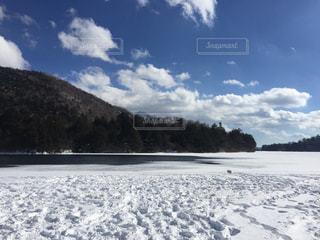 冬山と凍った湖と雪原の写真・画像素材[1736999]
