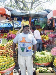 男性,食べ物,鮮やか,フルーツ,人物,人,Tシャツ,市場,新鮮,インド,バナナ,India,さまざま