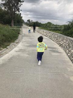 沖縄の海沿いをお散歩している親子の写真・画像素材[1731392]