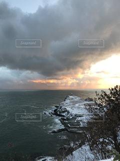 雪の岬から望む冬の朝焼けの写真・画像素材[1732083]