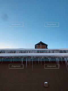 つららが下がった小樽の倉庫の屋根の写真・画像素材[1732095]