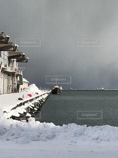 雪の港に着く船の写真・画像素材[1732108]