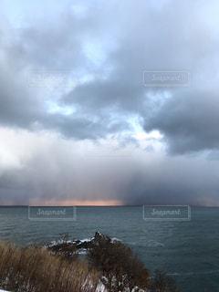 朝の海に降る雪の写真・画像素材[1732136]